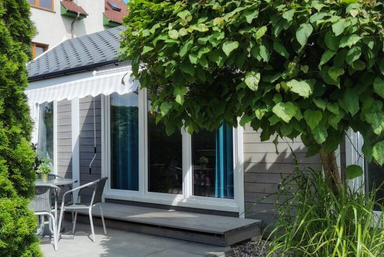 Ferienhaus mit Terrasse in einem schönen Garten