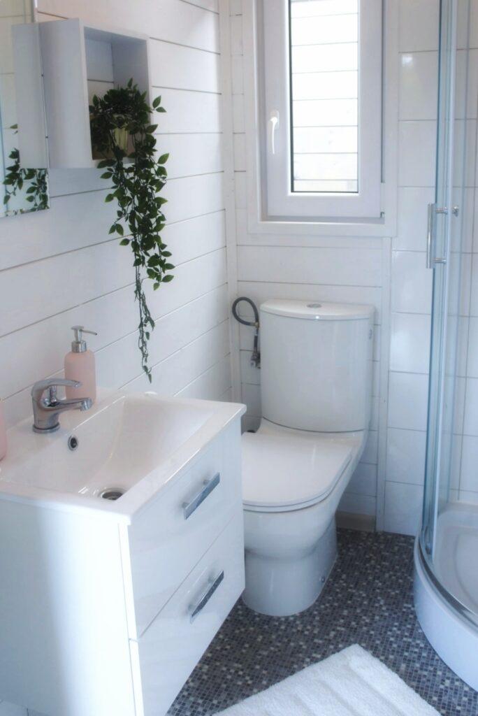 In jedem Bungalow haben wir ein Badezimmer mit Dusche