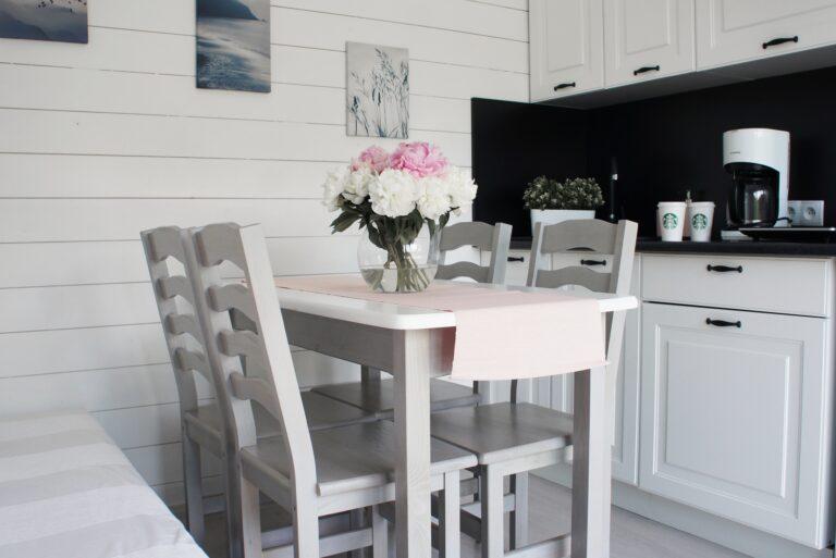 Wohnzimmer mit Kochnische im Bungalow
