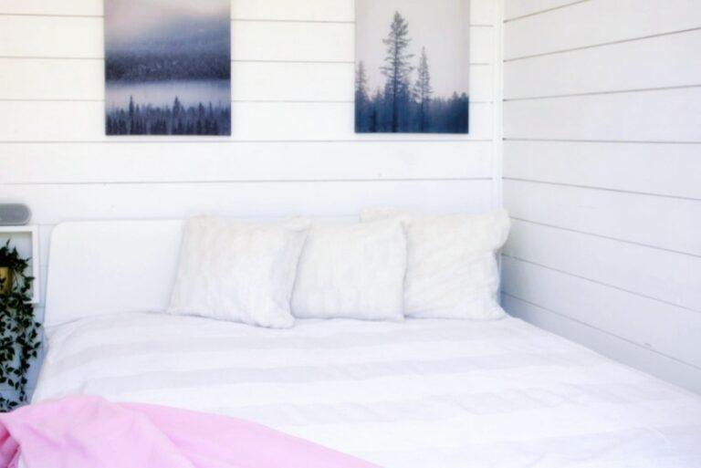 Schlafzimmer mit Doppelbett im Bungalow